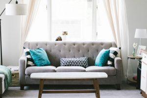 soggiorno con divano ordinato