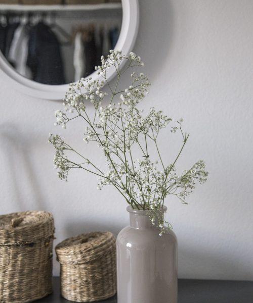 Ingresso con specchio e vaso di fiori